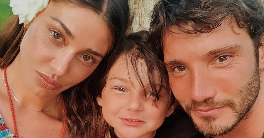 Una foto di Belen e Stefano De Martino con il figlio Santiago