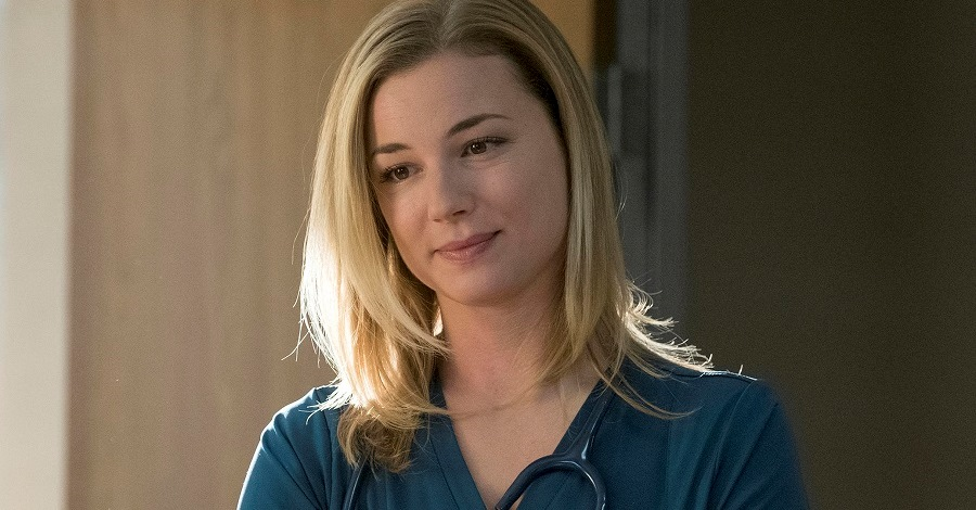 Un primo piano di Emily VanCamp in una scena di The Resident