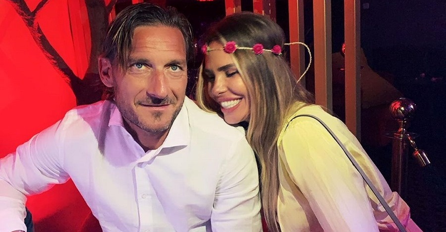 Una foto di Francesco Totti e Ilary Blasi in un momento di relax