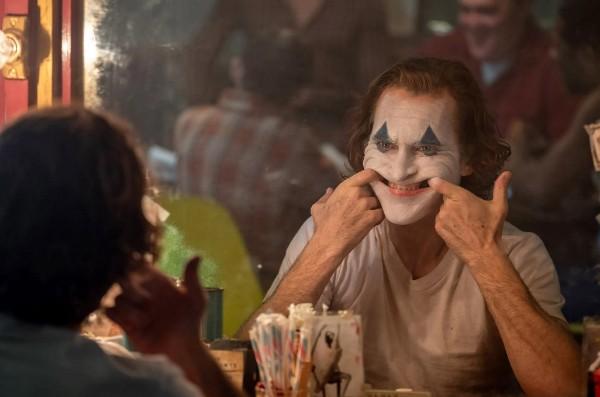 Joaquin Phoenix allo specchio nei panni di Joker