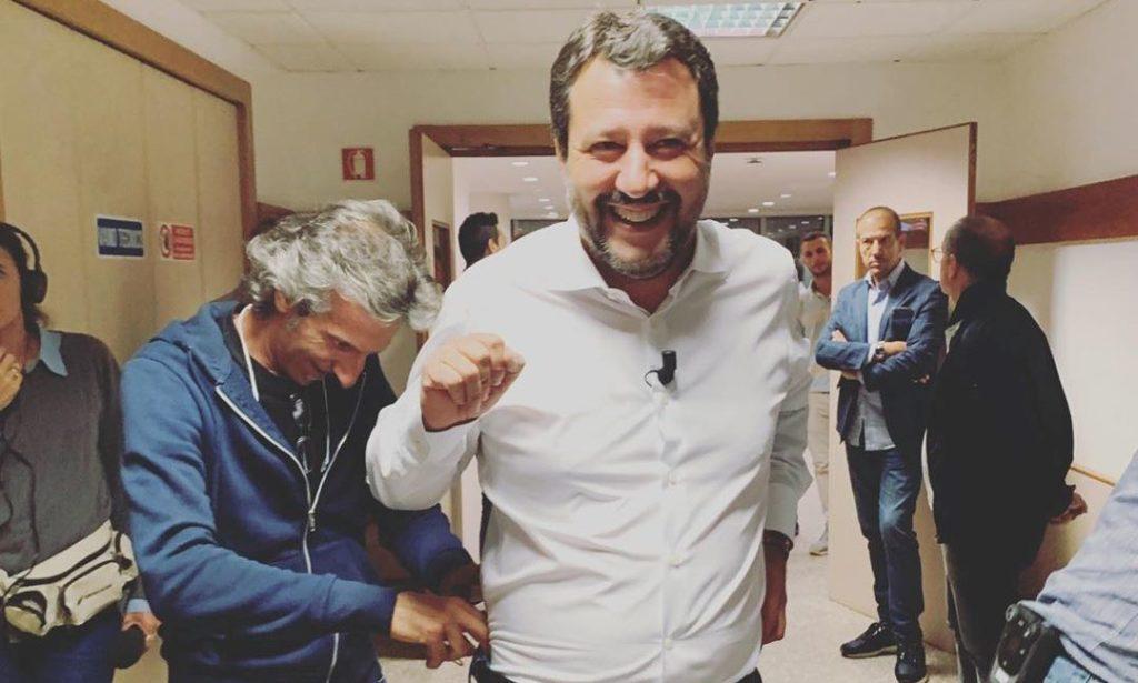 Una foto di Matteo Salvini negli studi di Live - Non è la d'Urso