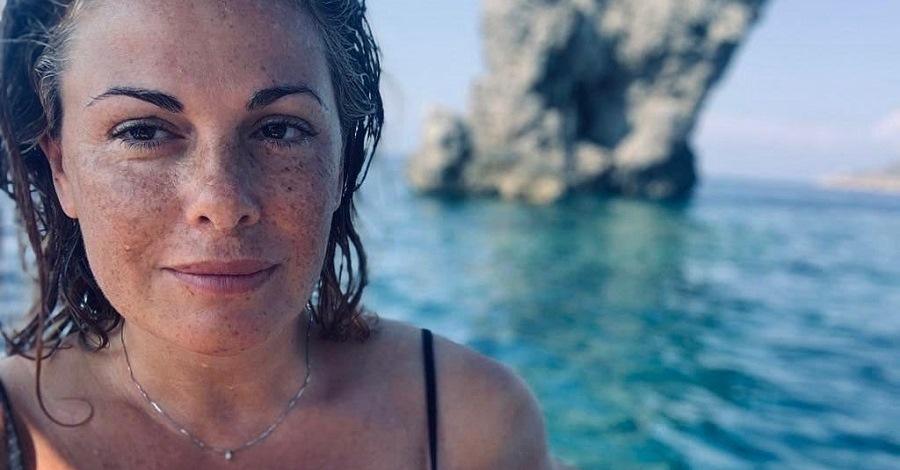 Un primo piano di Vanessa Incontrada in costume al mare