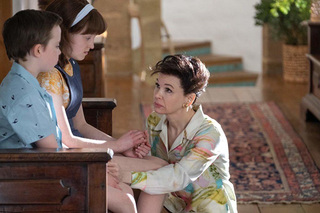 Lewin Lloyd, Bella Ramsey e Renée Zellweger in una scena del film Judy
