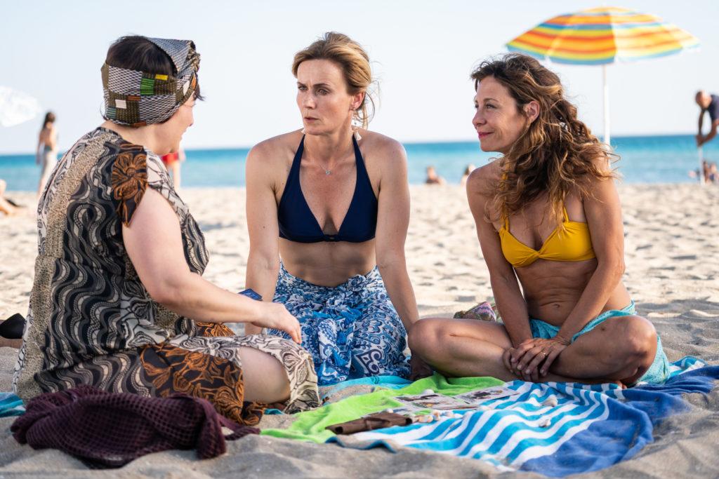 Maria Di Biase, Lucia Mascino e Carlotta Natoli in una scena del film Odio l'estate