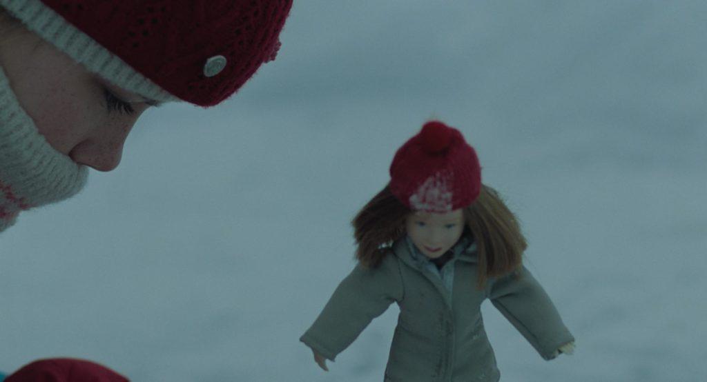 Lia McHugh in una scena del film The Lodge