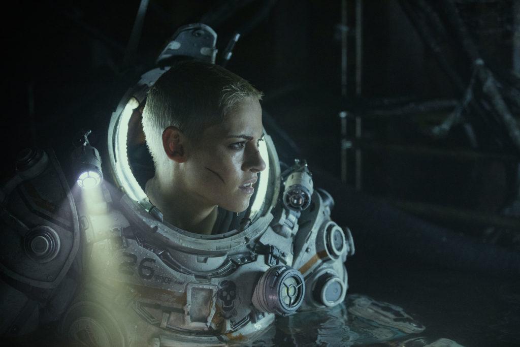 Kristen Stewart in una scena del film Underwater