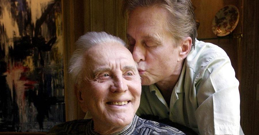 Michael bacia sulla forte Kirk Douglas