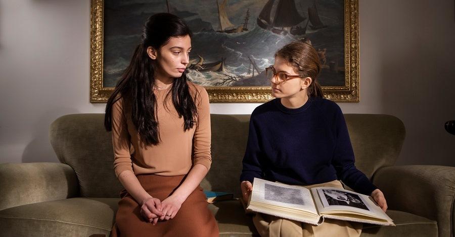 Gaia Girace e Margherita Mazzucco in una scena di L'amica geniale 2