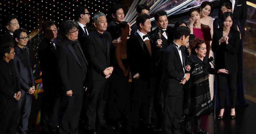 Cast e troupe di Parasite vincitori degli Oscar 2020