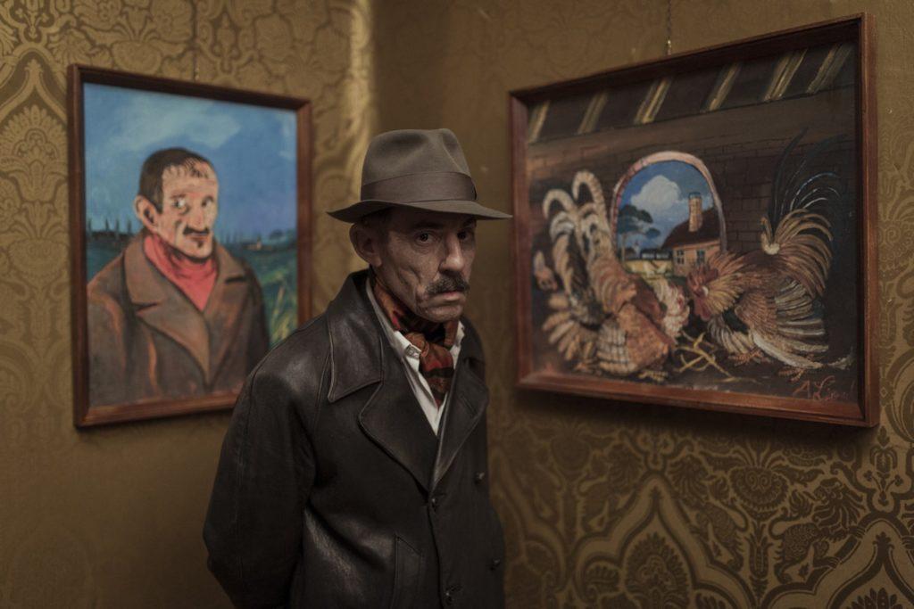 Elio Germano è Antonio Ligabue in una scena del film Volevo nascondermi
