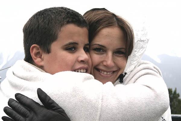 Jett e Kelly Preston, figlio e moglie di John Travolta, si abbracciano
