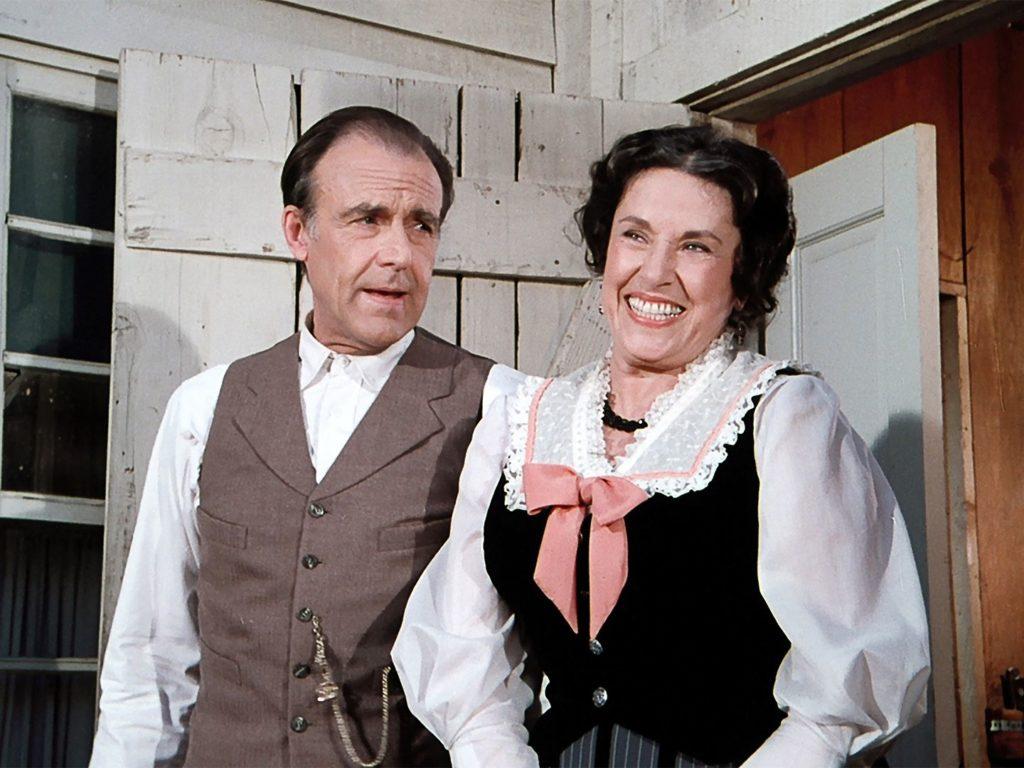 Richard Bull e Katherine MacGregor in una scena della serie La casa nella prateria