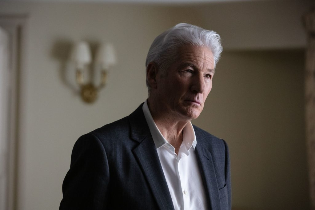 Richard Gere in una scena della serie tv MotherFatherSon