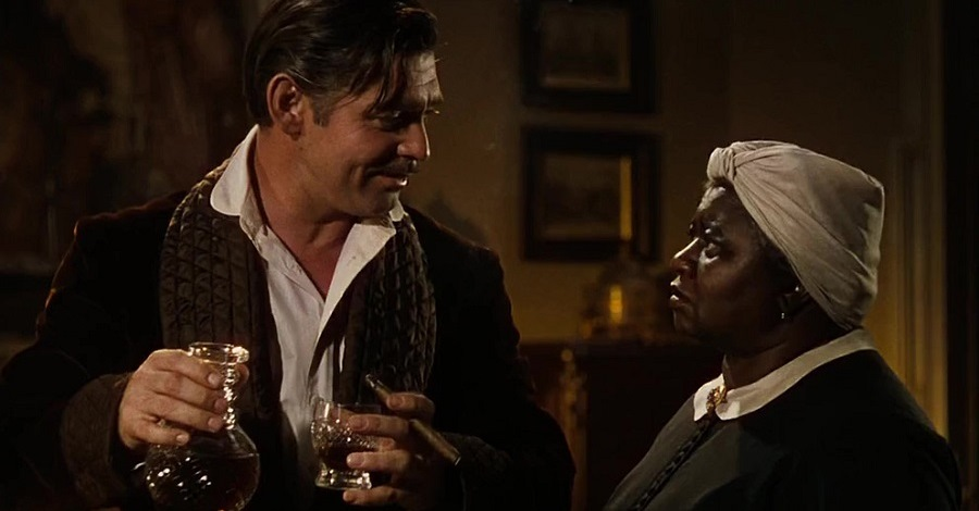 Clark Gable e Hattie McDaniel in una scena del film Via col vento