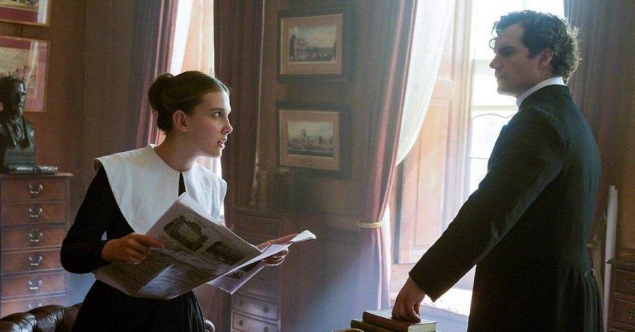 Millie Bobby Brown e Henry Cavill in una scena del film Enola Holmes