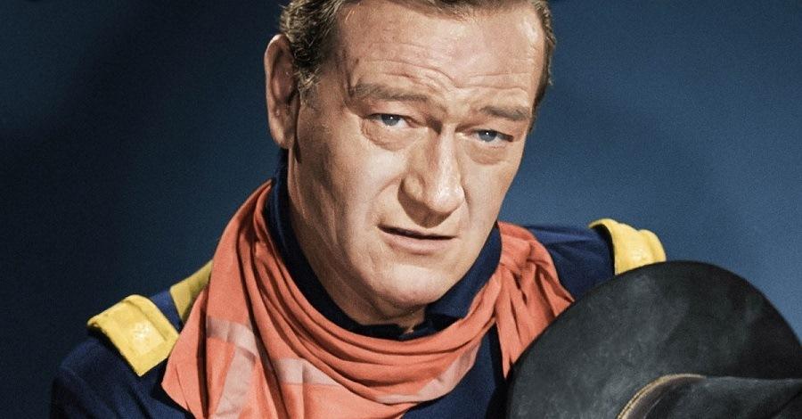 Un primo piano di John Wayne
