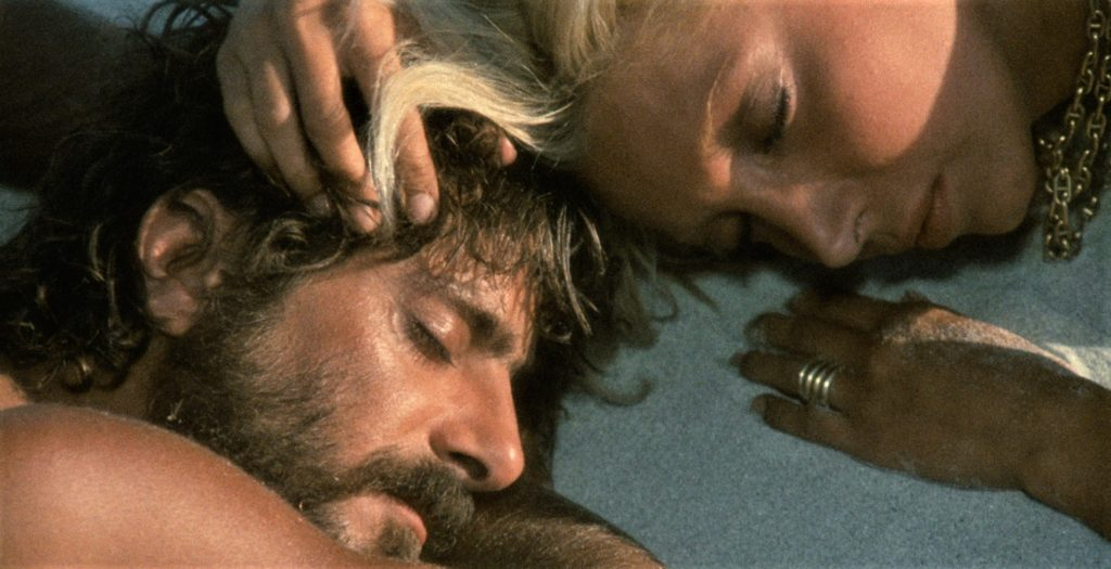 Giancarlo Giannini e Mariangela Melato in una scena del film Travolti da un insolito destino nell'azzurro mare d'agosto