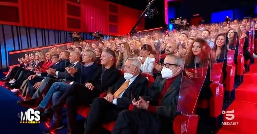 Il pubblico del Maurizio Costanzo Show non distanziato