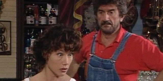 Nancy Brilly e Gigi Proietti in una scena della serie Italian Restaurant
