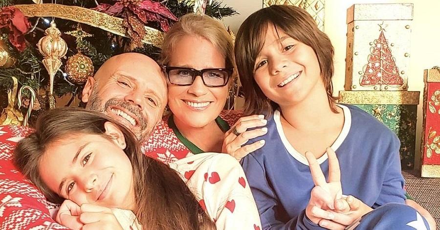 Un primo piano di Heather Parisi e la sua famiglia