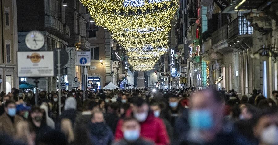 Una via del centro di Roma affollata per lo shopping natalizio