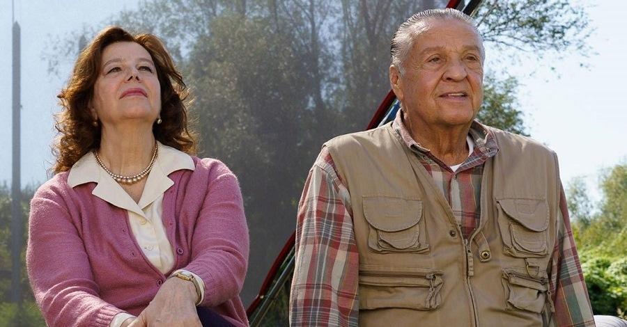 Stefania Sandrelli e Renato Pozzetto in una scena del film Lei mi parla ancora