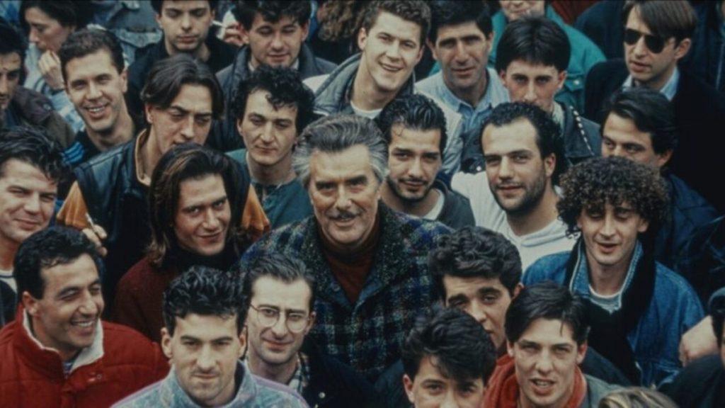 Vincenzo Muccioli tra i ragazzi di San Patrignano in una scena della docu-serie Netflix SanPa
