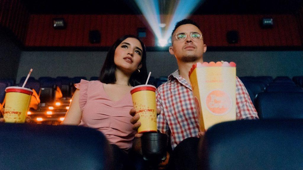 Una coppia al cinema