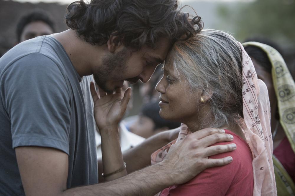 Dev Patel e Priyanka Bose in una scena del film Lion - La strada verso casa
