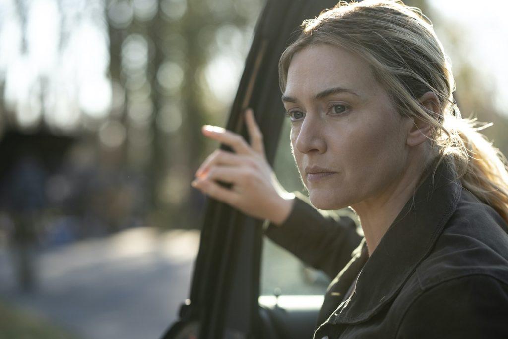 Kate Winslet in una scena della serie Omicidio a Easttown