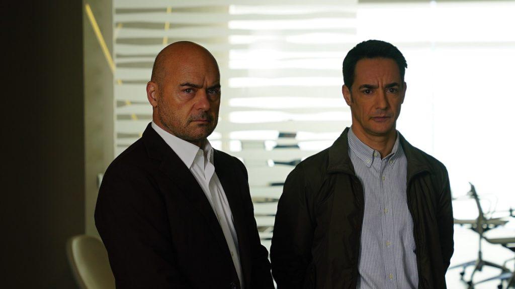 Luca Zingaretti e Peppino Mazzotta in una scena della serie Il commissario Montalbano