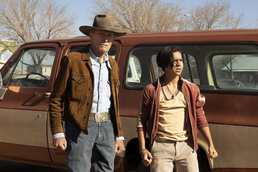 Clint Eastwood e Eduardo Minett in una scena del film Cry Macho