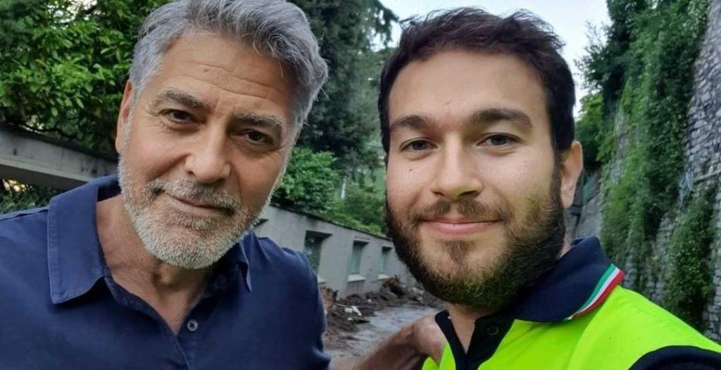 Un primo piano di George Clooney con un volontario della Protezione civile