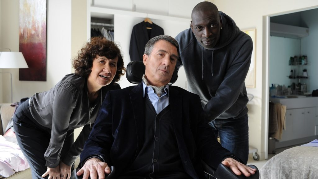 Anne Le Ny, François Cluzet e Omar Sy in una scena del film Quasi amici - Intouchables